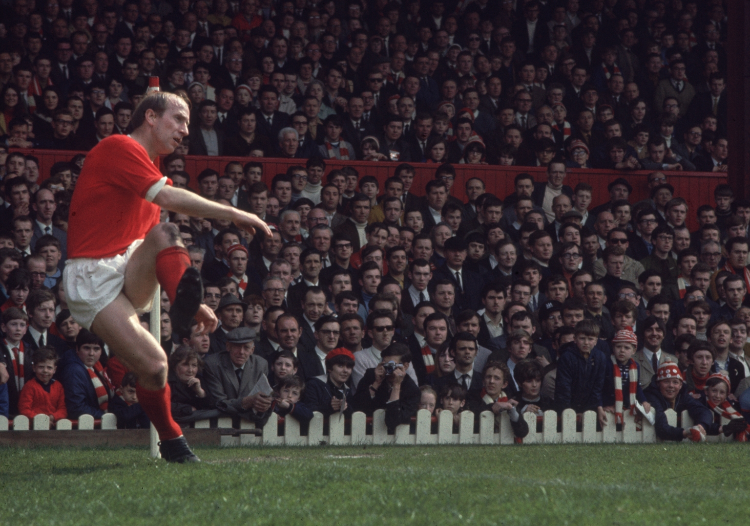 https://arjyomitra94.files.wordpress.com/2016/02/bobby-charlton-manchester-united.jpg?w=1536