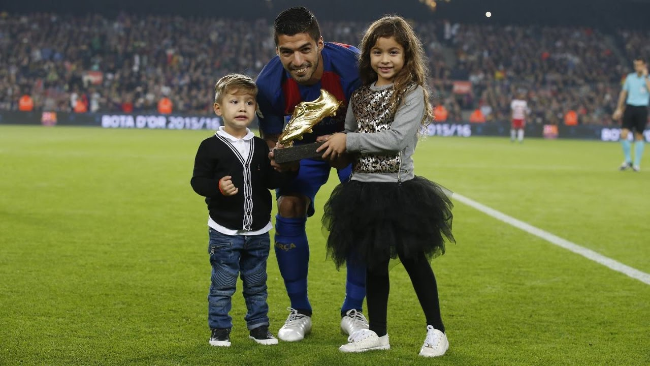 Luis Suárez shows off the Golden Shoe before the game against Granada -  YouTube